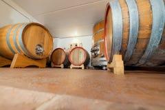 Τα μεγάλα βαρέλια κρασιού είναι στο υπόγειο - αποθήκευση και πωλήσεις στοκ εικόνες με δικαίωμα ελεύθερης χρήσης