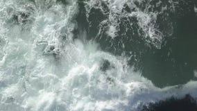 Τα μεγάλα κύματα στη θάλασσα, κλείνουν επάνω, τοπ άποψη απόθεμα βίντεο