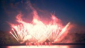Τα μεγάλα πυροτεχνήματα εκρήγνυνται σε μια πόλη φιλμ μικρού μήκους