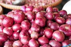 Τα μεγάλα κόκκινα κρεμμύδια στο καλάθι για πωλούν Στοκ φωτογραφίες με δικαίωμα ελεύθερης χρήσης