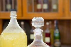 Τα μεγάλα μπουκάλια των φρούτων μούρων πίνουν τα εθνικά ηδύποτα στον καφέ σε μια έκθεση οδών Στοκ Εικόνες