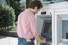 Τα μετρητά ατόμων ATM αποσύρουν Στοκ εικόνες με δικαίωμα ελεύθερης χρήσης