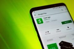 Τα μετρητά App από το Square Inc Google παιχνίδι εγκαθιστούν τη σελίδα στο αρρενωπό τηλέφωνο κυττάρων στοκ εικόνες