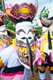 Τα μη αναγνωρισμένα άτομα φορούν τα κοστούμια φαντασμάτων στο φεστιβάλ φαντασμάτων Στοκ φωτογραφία με δικαίωμα ελεύθερης χρήσης