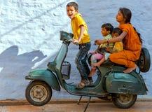 Τα μη αναγνωρισμένα ινδικά παιδιά παίζουν με ένα παλαιό μηχανικό δίκυκλο σε Jais Στοκ εικόνα με δικαίωμα ελεύθερης χρήσης