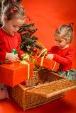 Τα μικρά κορίτσια ανοίγουν τα δώρα τους Στοκ εικόνες με δικαίωμα ελεύθερης χρήσης