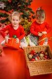 Τα μικρά κορίτσια ανοίγουν τα δώρα τους Στοκ φωτογραφίες με δικαίωμα ελεύθερης χρήσης