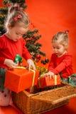 Τα μικρά κορίτσια ανοίγουν τα δώρα τους Στοκ Εικόνες
