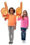 Τα μικρά κορίτσια αυξάνουν τα όπλα με το δάχτυλο αφρού Στοκ φωτογραφία με δικαίωμα ελεύθερης χρήσης
