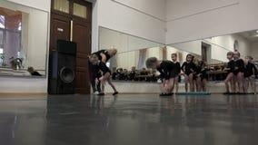 Τα μικρά κορίτσια μειώνουν τις κλίσεις της σειράς αναμονής απόθεμα βίντεο