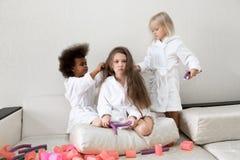 Τα μικρά κορίτσια παίζουν με τα ρόλερ και hairpins τρίχας στοκ εικόνα με δικαίωμα ελεύθερης χρήσης