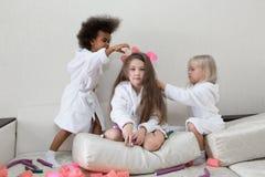 Τα μικρά κορίτσια παίζουν με τα ρόλερ και hairpins τρίχας στοκ εικόνες