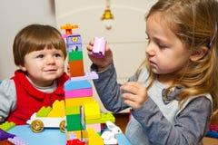 Τα μικρά κορίτσια παίζουν Στοκ φωτογραφία με δικαίωμα ελεύθερης χρήσης