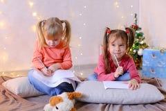 Τα μικρά κορίτσια σε αναμονή για τις νέες διακοπές έτους ` s κάνουν τις επιθυμίες Στοκ φωτογραφίες με δικαίωμα ελεύθερης χρήσης