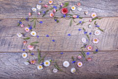 Τα μικρά λουλούδια τομέων στον τρύγο ξεπέρασαν το ξύλινο υπόβαθρο Αναδρομικό ορισμένο floral υπόβαθρο Στοκ Εικόνες