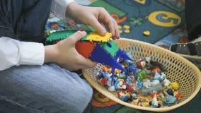 Τα μικρά παιδιά παίζουν να αναπτύξουν το σχεδιαστή παιχνιδιών στο εσωτερικό απόθεμα βίντεο