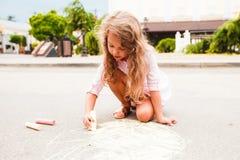 Τα μικρά παιδιά σύρουν στην κιμωλία μεταξύ της οδού πόλεων στοκ φωτογραφία με δικαίωμα ελεύθερης χρήσης