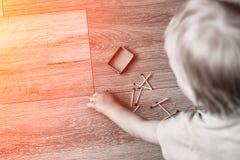 Τα μικρά παιδικά παιχνίδια με τις αντιστοιχίες, μια πυρκαγιά, μια πυρκαγιά ξεσπούν, κίνδυνος, παιδί και αντιστοιχίες, lucifer αντ στοκ εικόνες με δικαίωμα ελεύθερης χρήσης
