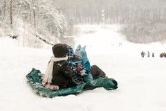 Τα μικρά παιδιά και το μικρό παιδί αρχίζουν μια προς τα κάτω φωτογραφική διαφάνεια πάγου Στοκ φωτογραφίες με δικαίωμα ελεύθερης χρήσης