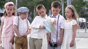 Τα μικρά παιδιά σε έναν αναδρομικό και με την κάρτα εγγράφου κοστίζουν στα ενδύματα και τη συζήτηση στην οδό Τα παιδιά υποστηρίζο φιλμ μικρού μήκους