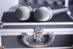 Τα μικρόφωνα φωνής και φέρνουν την περίπτωση Στοκ Φωτογραφίες