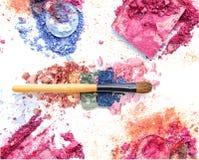 Τα μικτά χρώματα αποτελούν την καλλυντική σκόνη Το μάτι σκιάζει το υπόβαθρο με κοκκινίζει αποτελεί Στοκ Εικόνες