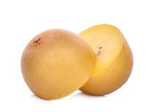 Τα μισά από τα κίτρινα ή χρυσά φρούτα ακτινίδιων στο λευκό Στοκ Φωτογραφίες
