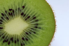 Τα μισά από τα φρούτα ακτινίδιων Στοκ Εικόνες