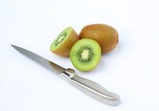 Τα μισά από τα juicy φρούτα ακτινίδιων με το μαχαίρι Στοκ Εικόνες