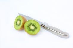 Τα μισά από τα juicy φρούτα ακτινίδιων με το μαχαίρι Στοκ εικόνα με δικαίωμα ελεύθερης χρήσης