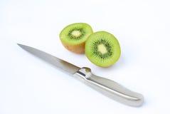 Τα μισά από τα juicy φρούτα ακτινίδιων με το μαχαίρι Στοκ φωτογραφία με δικαίωμα ελεύθερης χρήσης