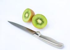 Τα μισά από τα juicy φρούτα ακτινίδιων με το μαχαίρι Στοκ φωτογραφίες με δικαίωμα ελεύθερης χρήσης