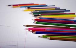 Τα μολύβια χρώματος είναι τυχαία διεσπαρμένα Στοκ εικόνες με δικαίωμα ελεύθερης χρήσης