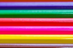 Τα μολύβια χρώματος κλείνουν επάνω το μακρο πυροβολισμό για το υπόβαθρο στοκ εικόνες