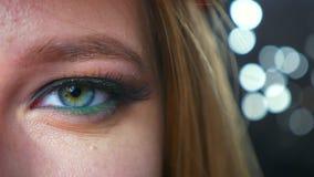 Τα μοντέρνα καλλυντικά κινηματογραφήσεων σε πρώτο πλάνο στο πράσινο μάτι κλείνουν επάνω της καυκάσιας γυναίκας που εξετάζει την ε απόθεμα βίντεο