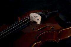 Τα μουσικά όργανα ορχηστρών βιολιών κλείνουν επάνω στο Μαύρο Ανασκόπηση μουσικής με το βιολί Στοκ φωτογραφίες με δικαίωμα ελεύθερης χρήσης