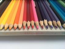 Τα μολύβια στο ανοικτό κιβώτιο μολυβιών κλείνουν επάνω από το μέτωπο Στοκ φωτογραφία με δικαίωμα ελεύθερης χρήσης