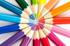 Τα μολύβια χρώματος τακτοποιούν μέσα στα χρώματα ροδών χρώματος στο άσπρο υπόβαθρο Στοκ Φωτογραφίες