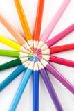 Τα μολύβια χρώματος τακτοποιούν μέσα στα χρώματα ροδών χρώματος το άσπρο υπόβαθρο Στοκ Εικόνα