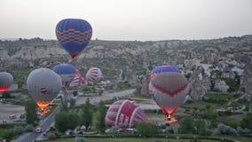 Τα μπαλόνια προετοιμάζονται για την απογείωση πριν από την ανατολή απόθεμα βίντεο
