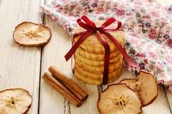 Τα μπισκότα κανέλας της Apple εταιρίαξαν με την κόκκινα κορδέλλα και το τόξο Στοκ Εικόνα