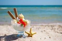 Τα μπισκότα καραμελών παγωτού αποβουτυρώνουν την μπλε θάλασσα και το μπλε ουρανό άμμου αστεριών θάλασσας βάζων γυαλιού Στοκ Φωτογραφία
