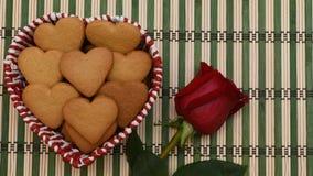 Τα μπισκότα μορφής καρδιών και κόκκινος αυξήθηκαν στοκ εικόνα με δικαίωμα ελεύθερης χρήσης