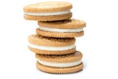 Τα μπισκότα πλήρωσης κρέμας συσσώρευσαν απομονωμένος στο άσπρο υπόβαθρο Στοκ Φωτογραφίες