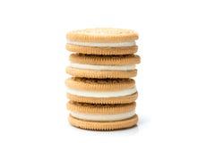 Τα μπισκότα πλήρωσης κρέμας συσσώρευσαν απομονωμένος στο άσπρο υπόβαθρο Στοκ φωτογραφία με δικαίωμα ελεύθερης χρήσης