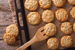 Τα μπισκότα Anzac κλείνουν επάνω σε ένα φύλλο ψησίματος οριζόντια άποψη από Στοκ εικόνες με δικαίωμα ελεύθερης χρήσης