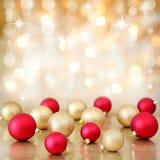 Τα μπιχλιμπίδια Χριστουγέννων επάνω η ανασκόπηση φω'των Στοκ Φωτογραφία