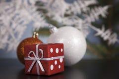 Τα μπιχλιμπίδια Χριστουγέννων και παρουσιάζουν στοκ φωτογραφίες με δικαίωμα ελεύθερης χρήσης