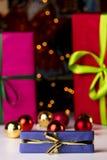 Τα μπιχλιμπίδια, αστράφτουν και τρία τυλιγμένα δώρα στοκ φωτογραφία με δικαίωμα ελεύθερης χρήσης