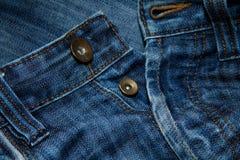 τα μπλε κουμπιά κλείνουν τα τζιν επάνω Στοκ Φωτογραφίες